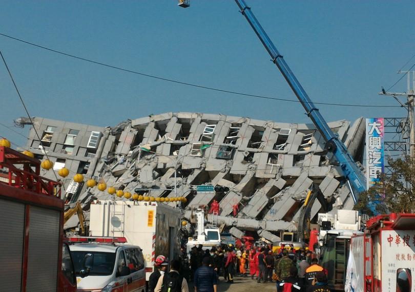 2016 年因地震倒塌的維冠金龍大樓。(圖/Wikipedia Commons)