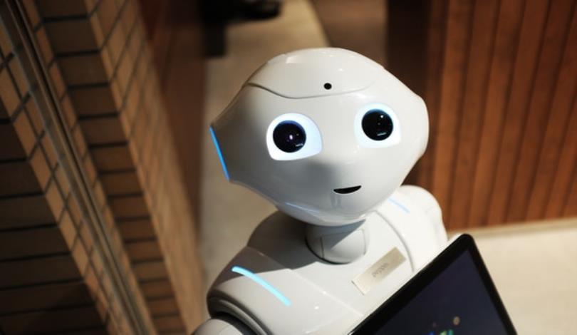 人類可以學習從言語中判別情緒,那機器人是否也能經由訓練學習如何判別情緒。圖/Pexels