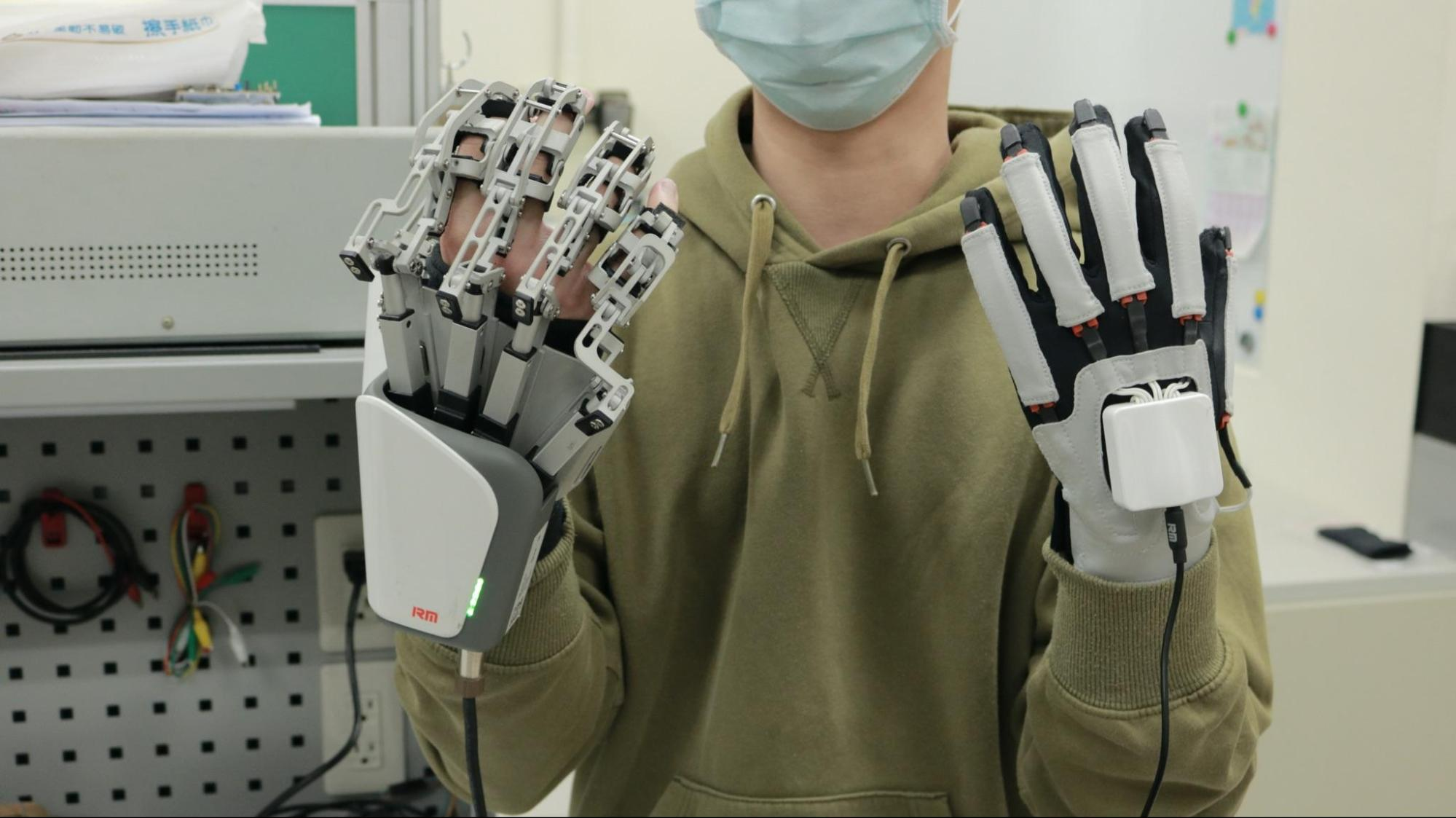 由健康的右手做動作帶動左手患側復健,體型輕便,進行復健時可以與真實物體做互動。因為患者手部非常僵硬,研究團隊特別諮詢過醫生,對復健運動速度減慢避免拉傷,並將肌肉張力評估(MAS)控制在1~1+。