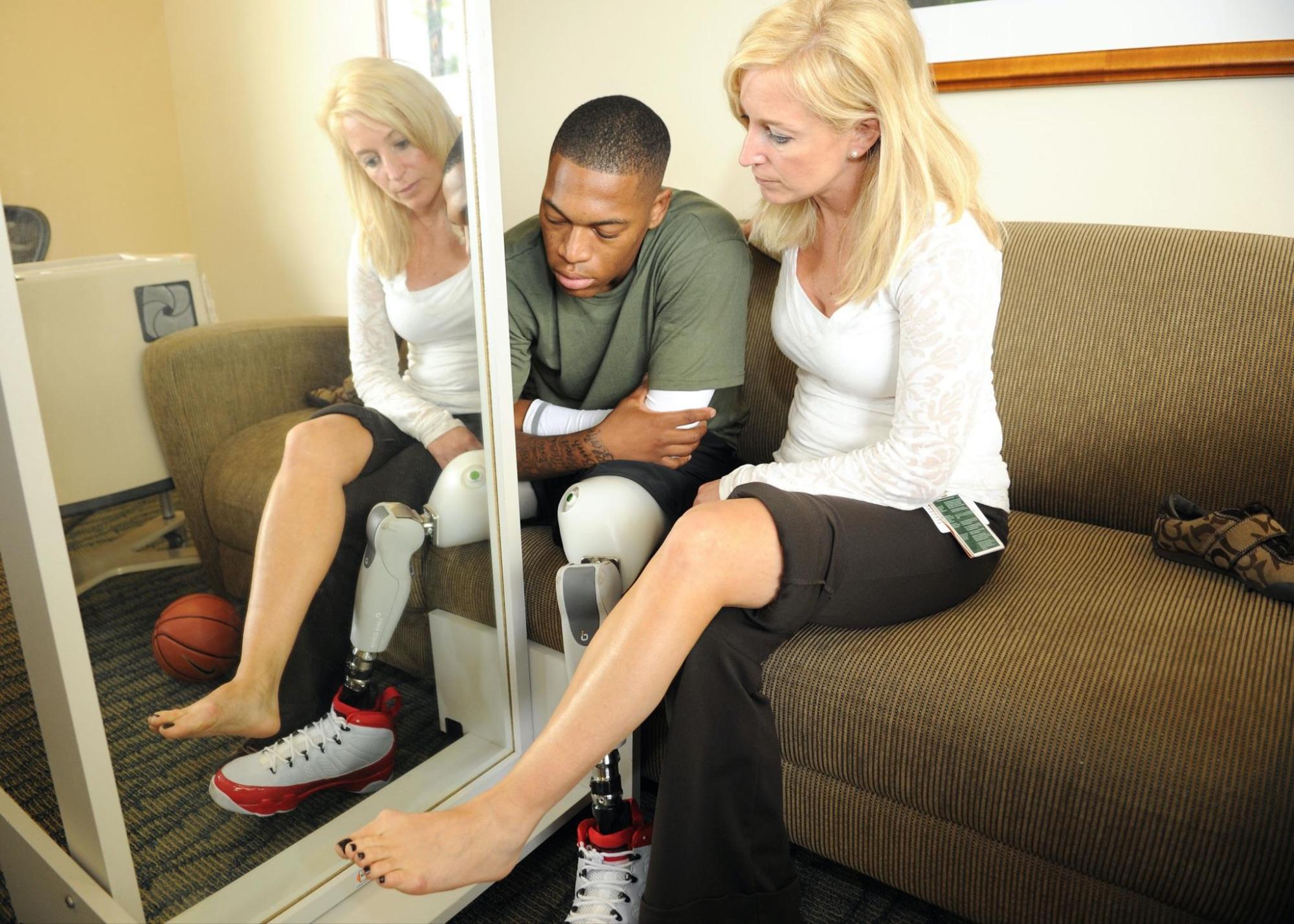 目前已經有多篇臨床論文證明鏡像治療能有效幫助肢體失能的中風患者增加關節活動程度和精確性。圖/wikipedia