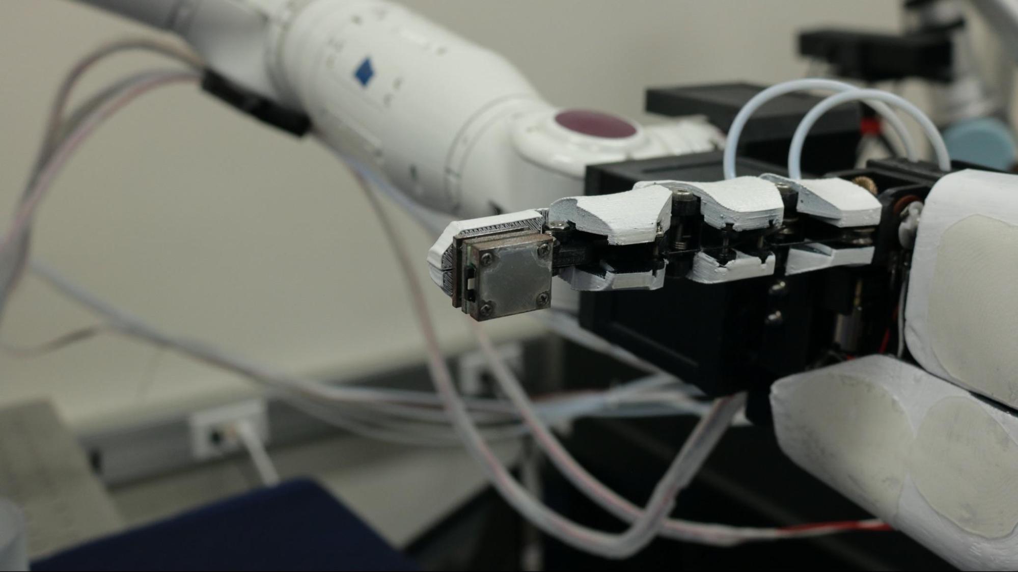 指尖的感測器能取得力量在x、y、z三軸的大小,實現人類的觸覺感受。